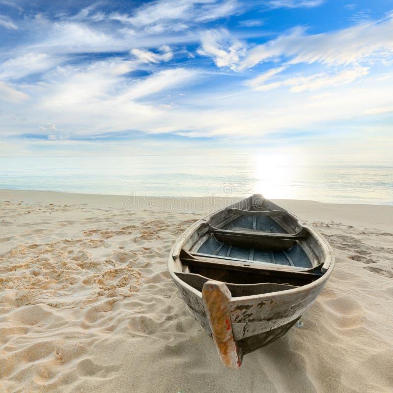 Barco en la salida del sol foto de archivo