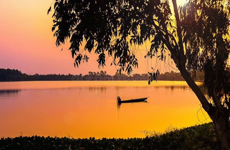 barco en lago imagen de archivo libre de regalías