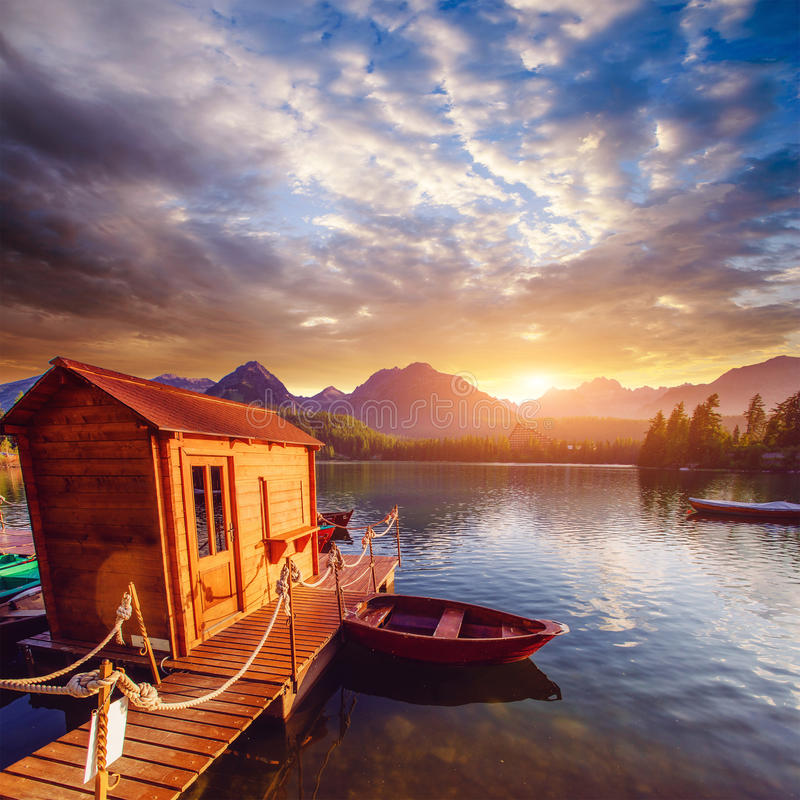 Barco en las montañas rodeadas muelle Shtrbske fantástico Pleso fotos de archivo libres de regalías