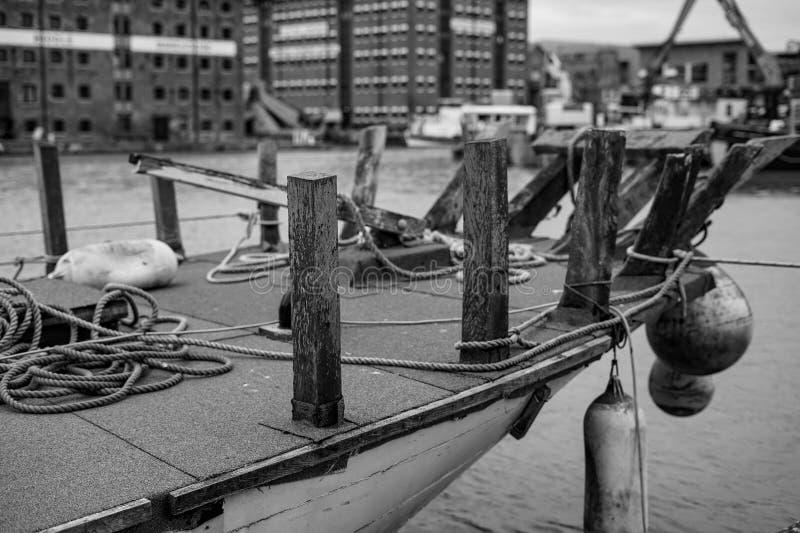 Barco en los muelles imagenes de archivo