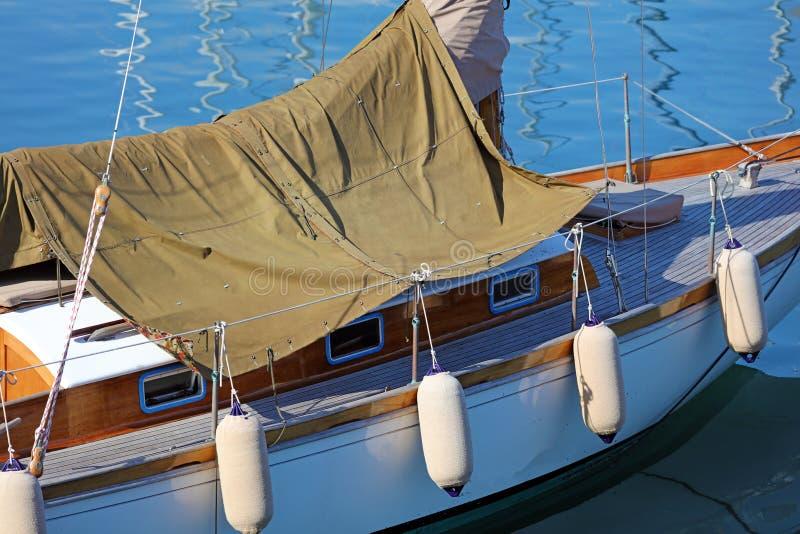 Barco en Niza riviera francesa, costa mediterránea, Eze, Saint Tropez, Cannes y Mónaco Agua azul y yates de lujo fotos de archivo libres de regalías