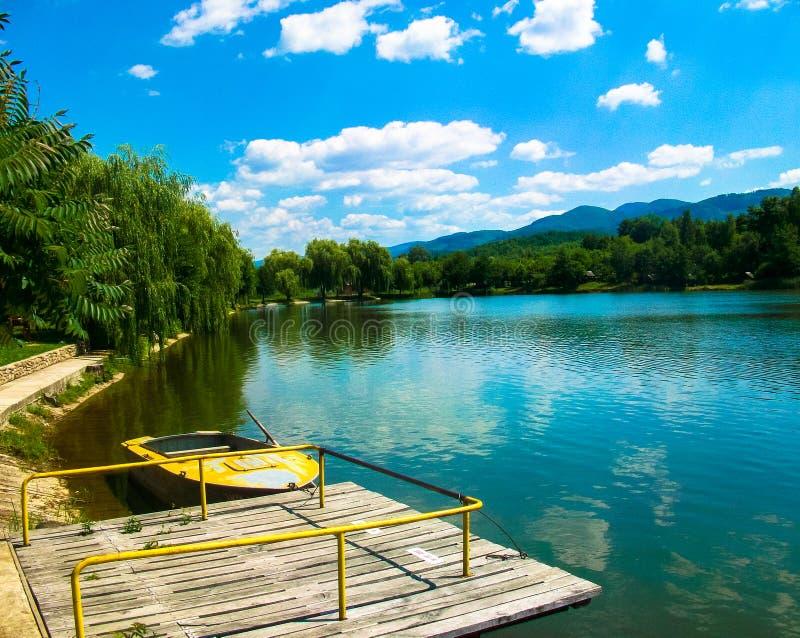 Barco en paisaje hermoso del verano del lago imagen de archivo