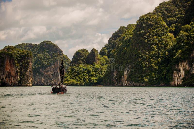 Barco en paraíso imagenes de archivo