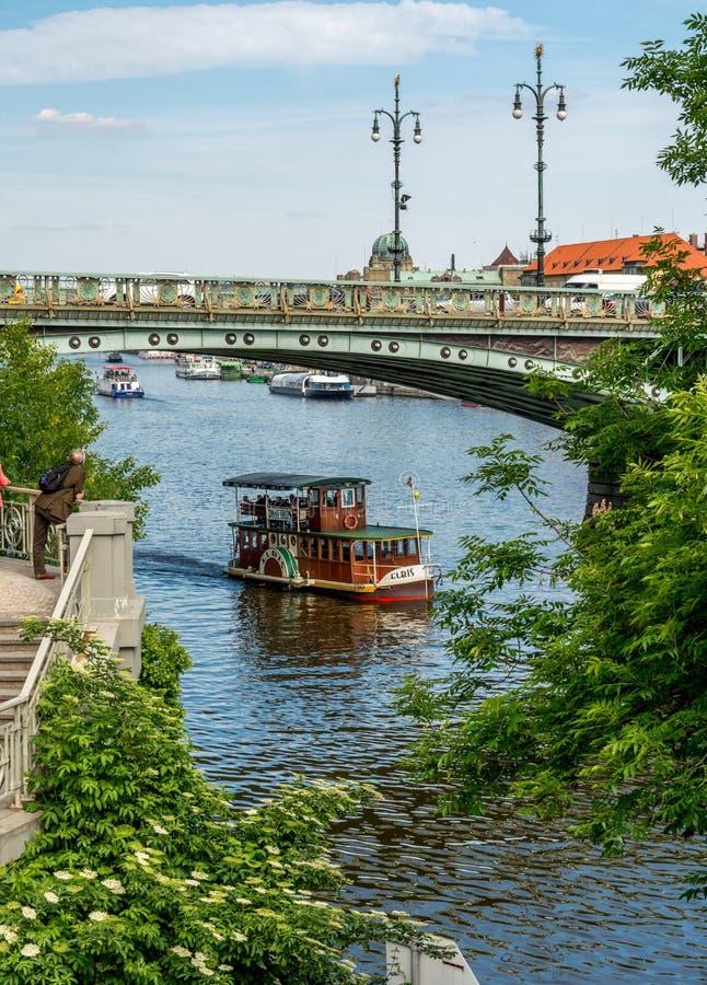 barco en Praga foto de archivo
