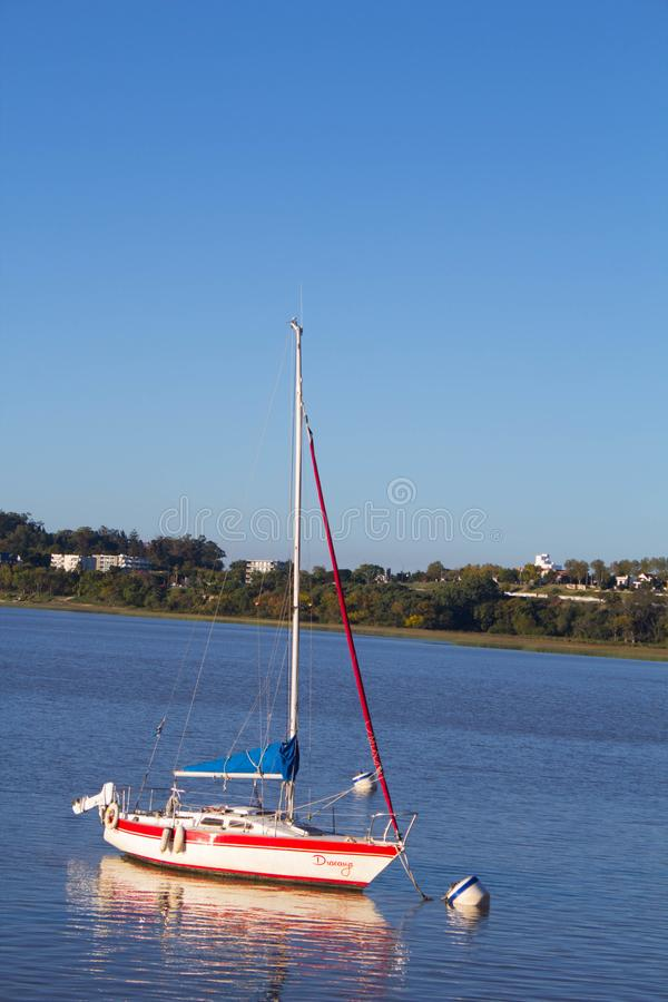 Barco en puerto del ` s de Colonia fotografía de archivo libre de regalías