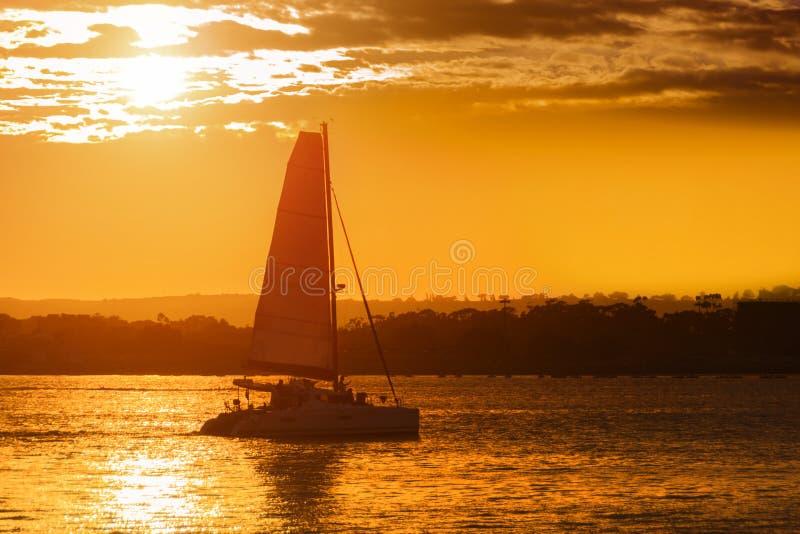 Barco en puesta del sol imagen de archivo