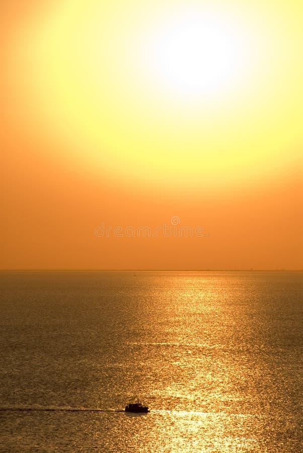 Barco en puesta del sol de oro fotos de archivo libres de regalías