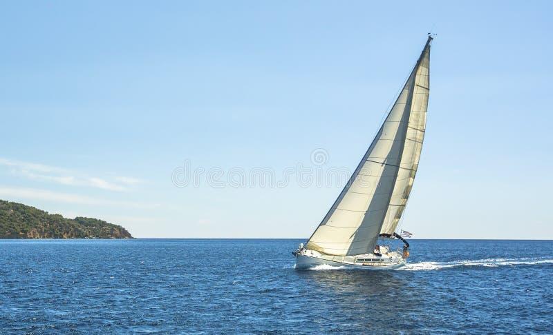 Barco en regata de la navegación en el Mar Egeo Naturaleza fotos de archivo libres de regalías