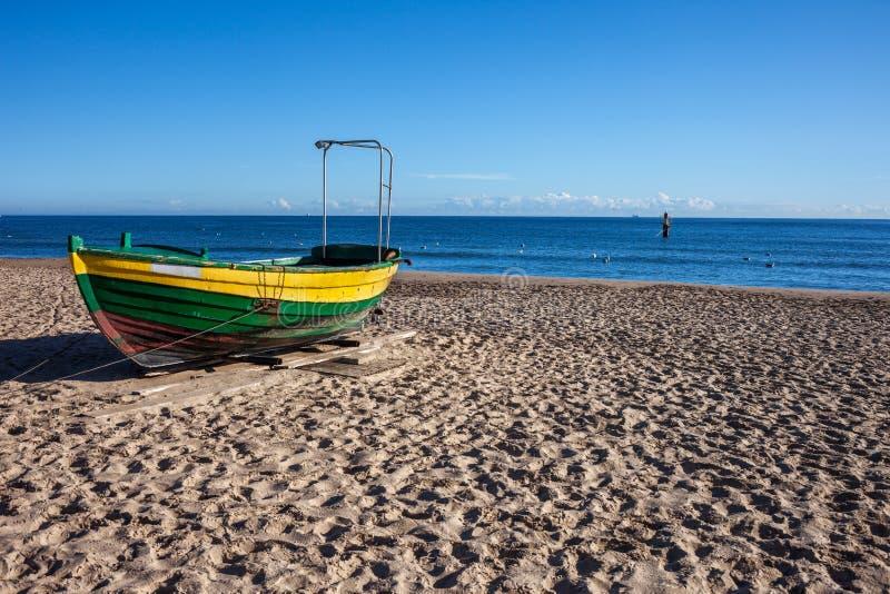 Barco en Sandy Beach en el mar Báltico en Polonia imagen de archivo