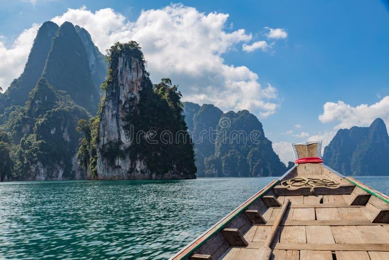 Barco en sook del kao del lago de Tailandia imágenes de archivo libres de regalías