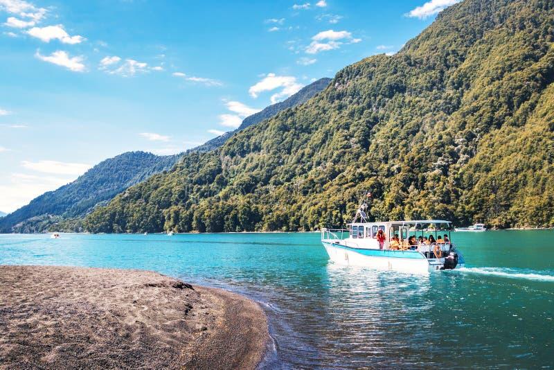 Barco en Todos los Santos Lake - región del Los Lagos, Chile imagenes de archivo