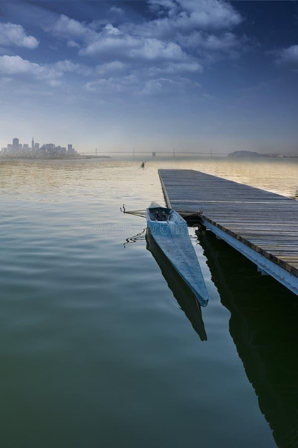 Barco en un embarcadero imágenes de archivo libres de regalías