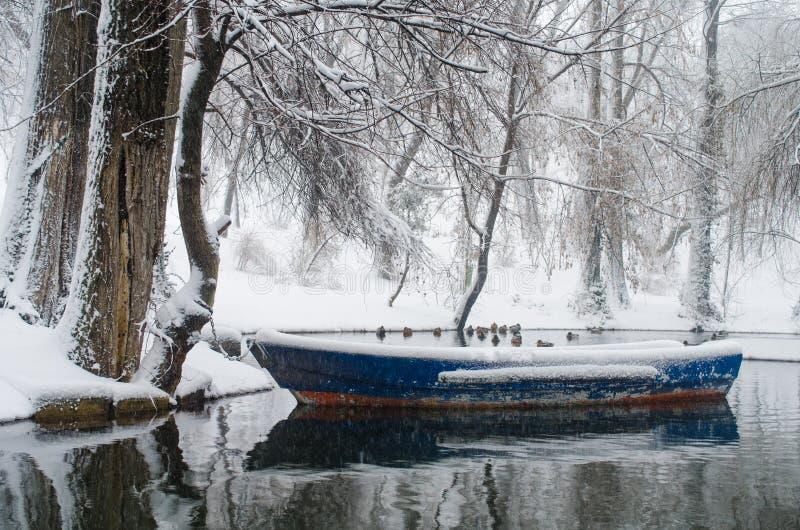 Barco en un lago congelado foto de archivo libre de regalías