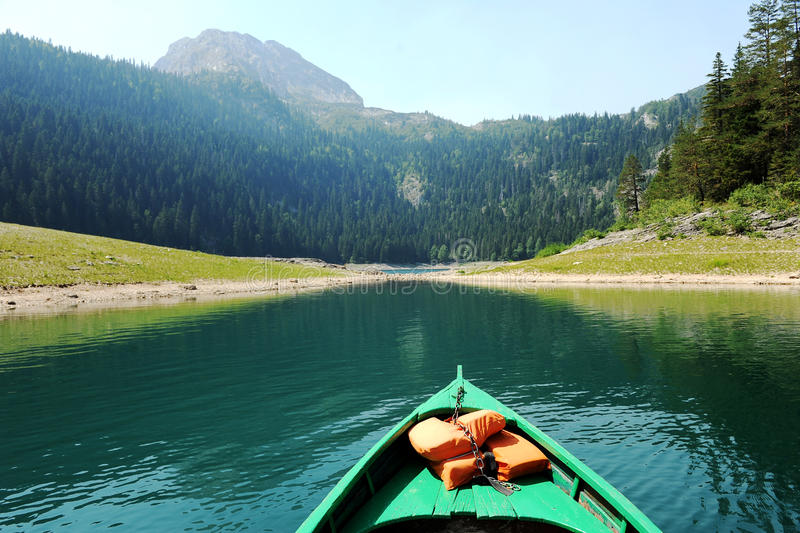 Barco en un lago de la montaña foto de archivo