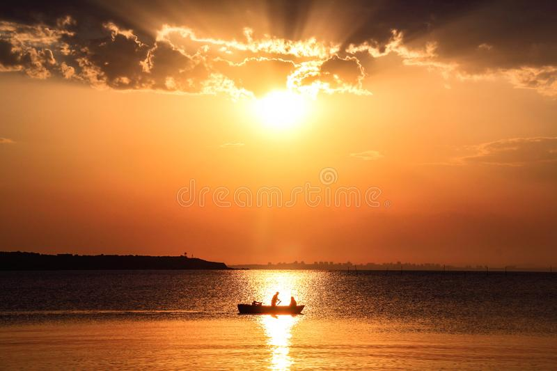 Barco en un mar del colorfull fotos de archivo