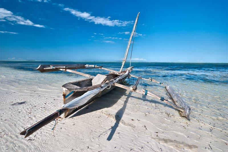 Barco en una playa tropical foto de archivo libre de regalías