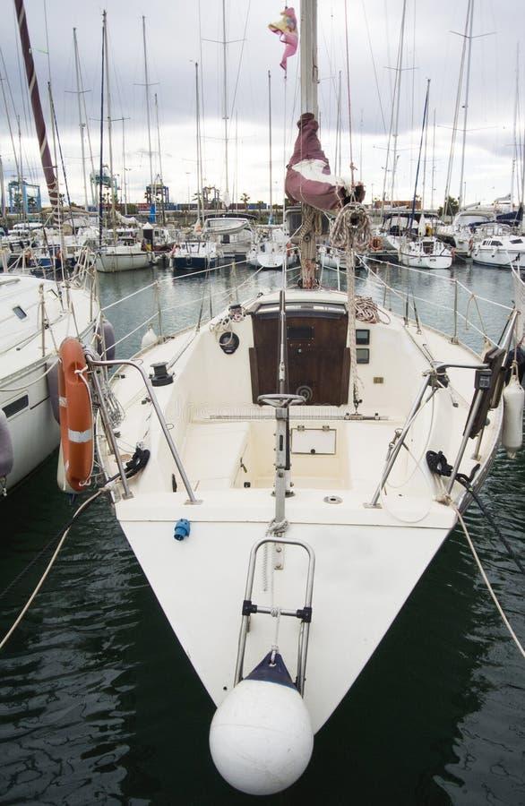 Barco en Valencia Port At Mediterranean Sea Reflexión en el agua El yate blanco está en el puerto español de Valencia adentro fotos de archivo libres de regalías