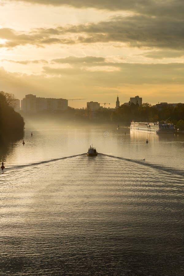 Barco en viaje en el polvo de la mañana imagen de archivo libre de regalías