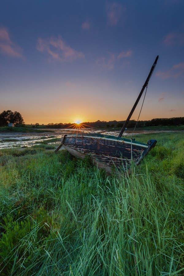 Barco encalhado na grama foto de stock royalty free