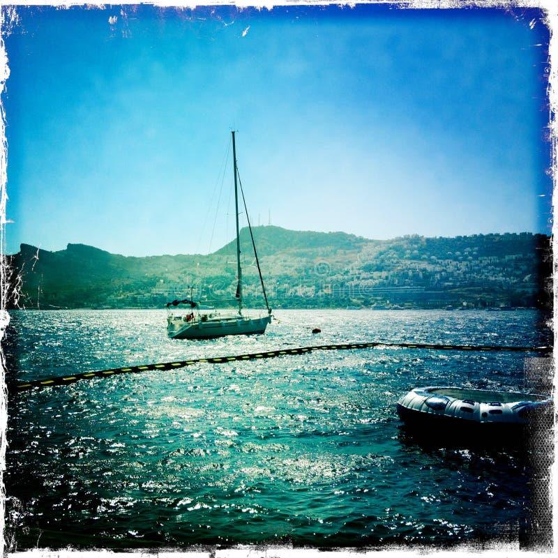 Barco encendido en el mar foto de archivo