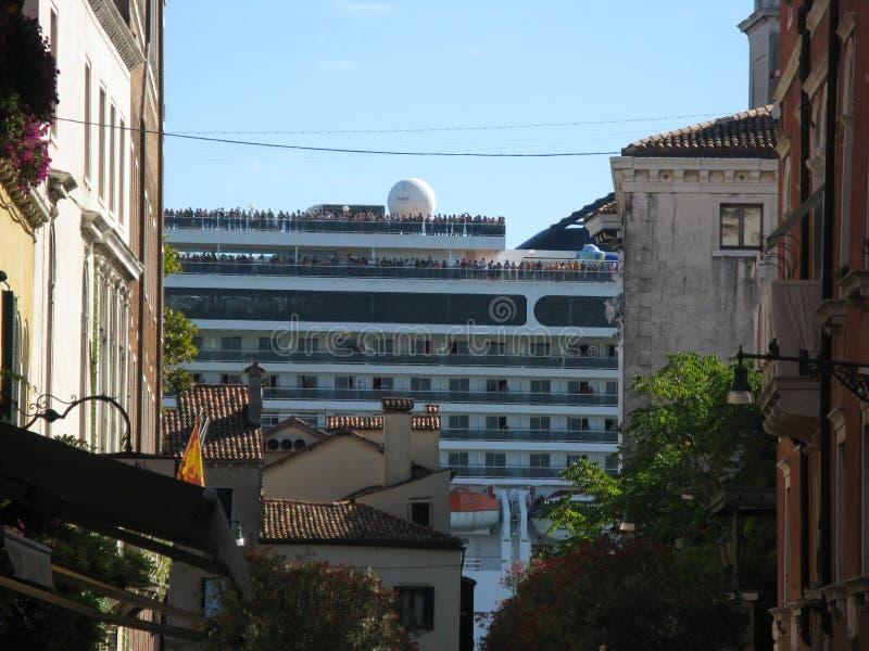 Barco enorme em Venezia entre casas imagem de stock