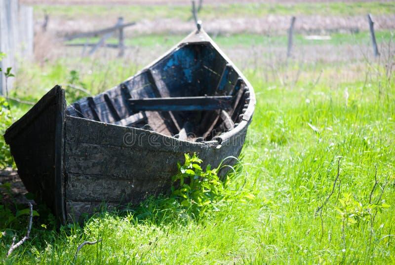 Barco enselvado viejo en la orilla fotos de archivo