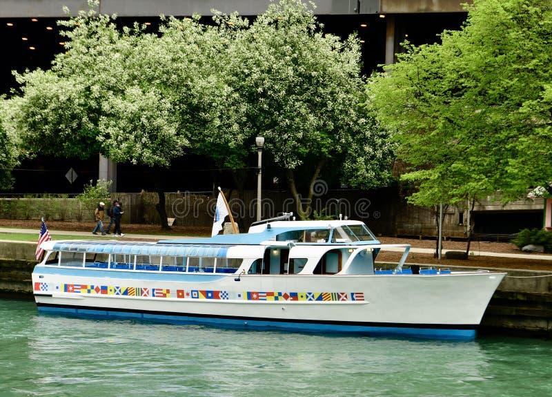 Barco entrado do cruzeiro do rio imagem de stock