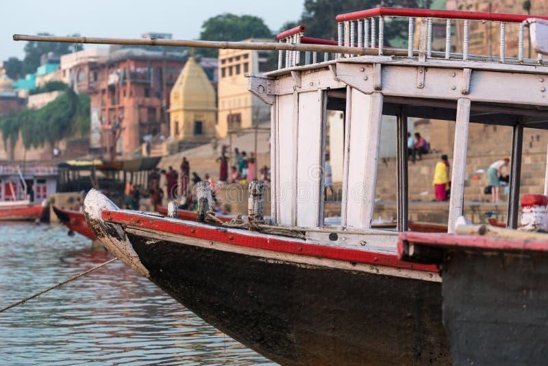 Barco entrado em Ghat em Varanasi, Índia imagens de stock royalty free