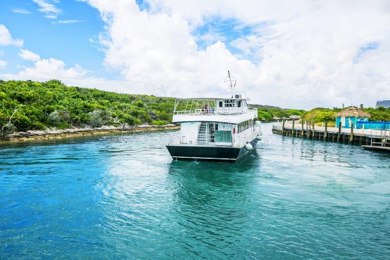 Barco entrado no Cay da meia lua no Bahamas imagem de stock