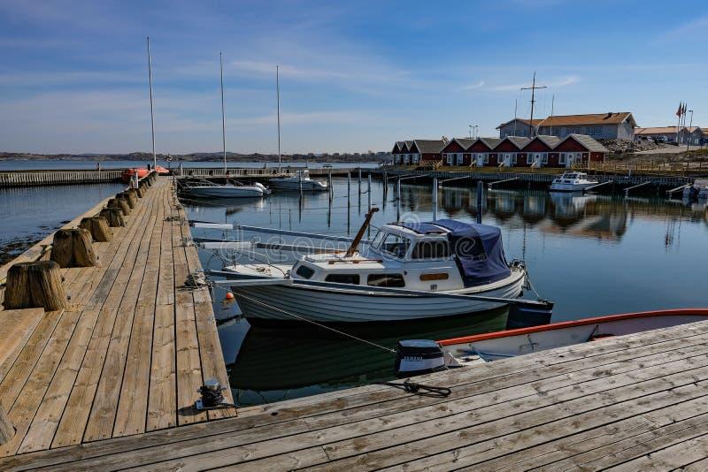 Barco entrado no porto de madeira velho fotos de stock royalty free