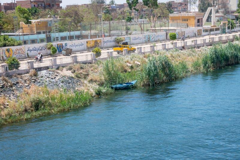 Barco entre la carretera y el Nilo Egipto En abril de 2019 imagen de archivo