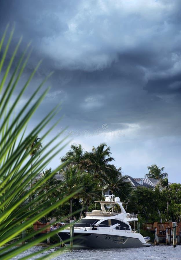 Barco estacionado na doca no canal sobre o céu da tempestade em Florida fotografia de stock royalty free