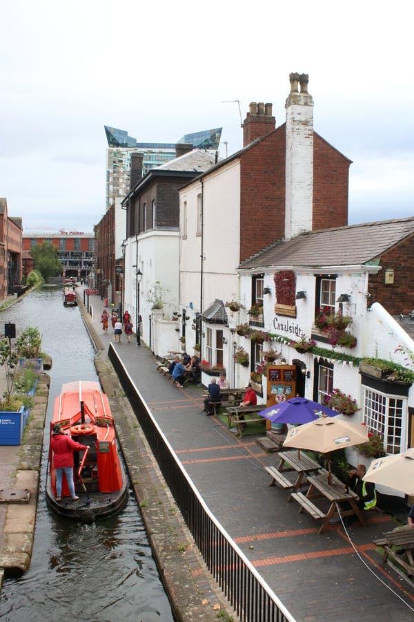 Barco estrecho que pasa el lavabo de la calle del gas del pub de Canalside fotografía de archivo libre de regalías