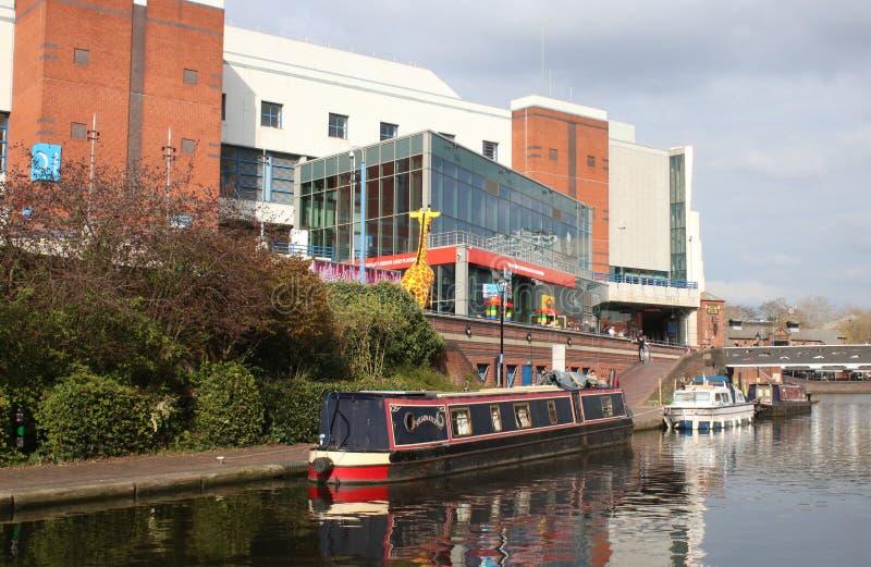 Barco estreito no canal no centro de cidade de Birmingham fotos de stock