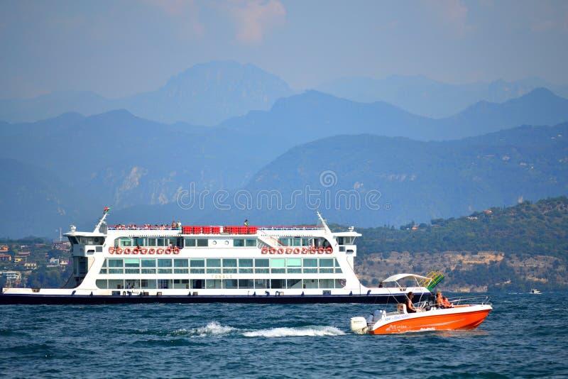 Barco ferri en el lago Italia septentrional Garda fotos de archivo