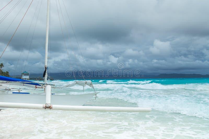 Barco filipino en el mar azul en el día nublado, Boracay, Filipinas imagen de archivo