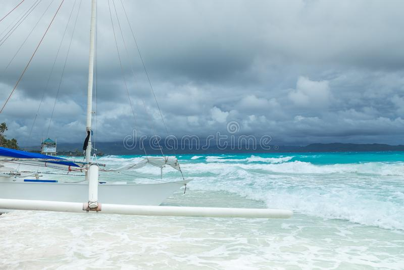 Barco filipino no mar no dia nebuloso, Boracay dos azuis celestes, Filipinas imagem de stock
