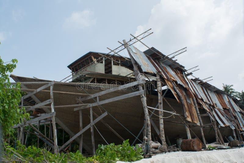 Barco grande bajo construcción en la isla tropical fotos de archivo