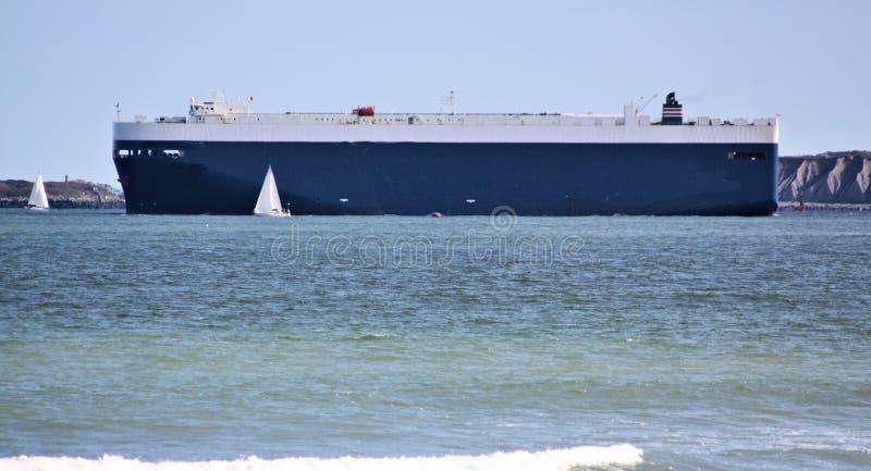 Barco grande poco barco foto de archivo