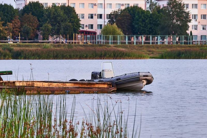 Barco gris del salvavidas del motor en el embarcadero foto de archivo libre de regalías