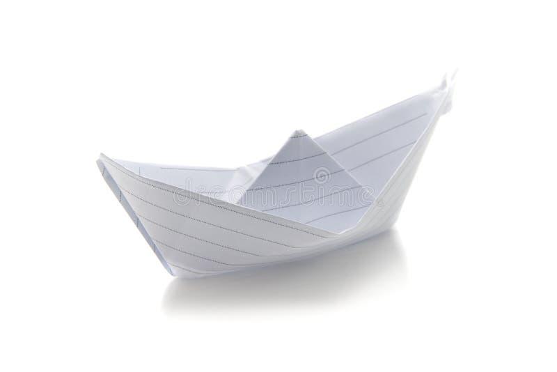 Barco hecho con el papel, el concepto de viajar y la imaginación foto de archivo