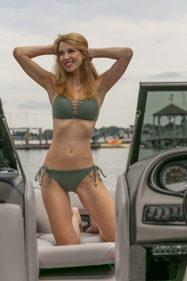 Barco hermoso de Relaxing On A del modelo del bikini por los muelles imagen de archivo libre de regalías