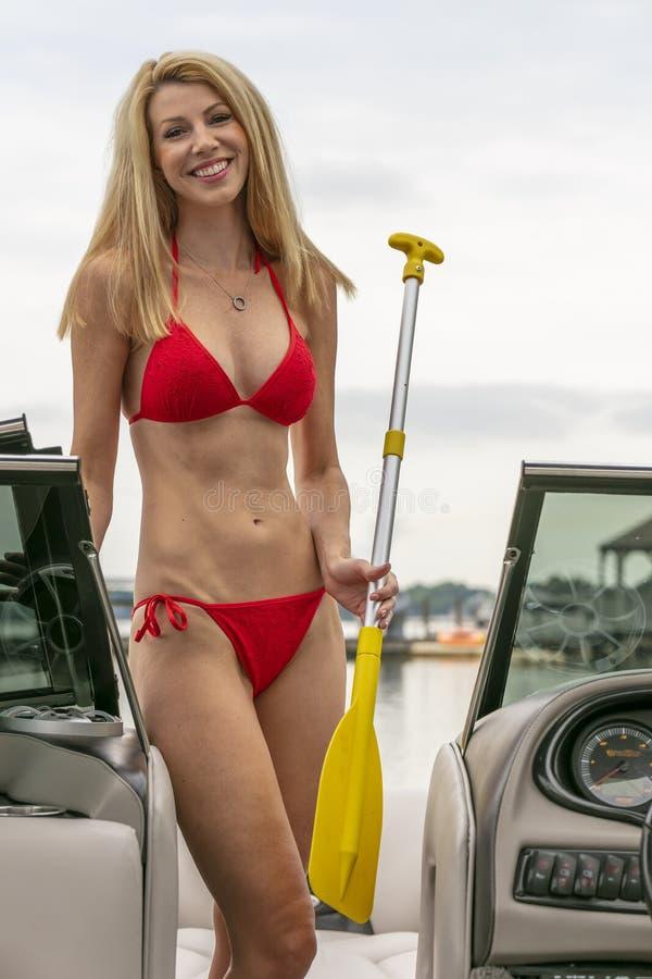 Barco hermoso de Relaxing On A del modelo del bikini por los muelles fotografía de archivo libre de regalías
