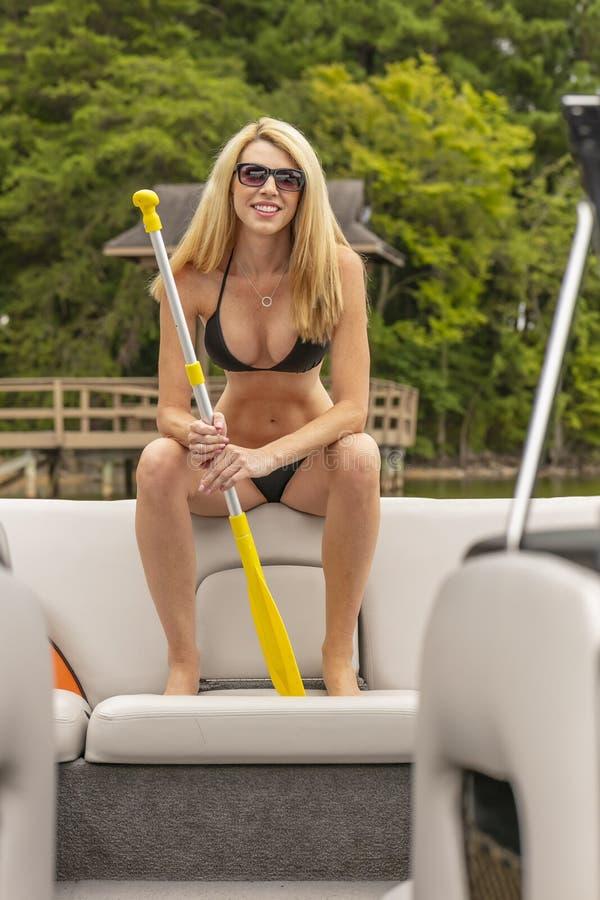 Barco hermoso de Relaxing On A del modelo del bikini por los muelles foto de archivo libre de regalías