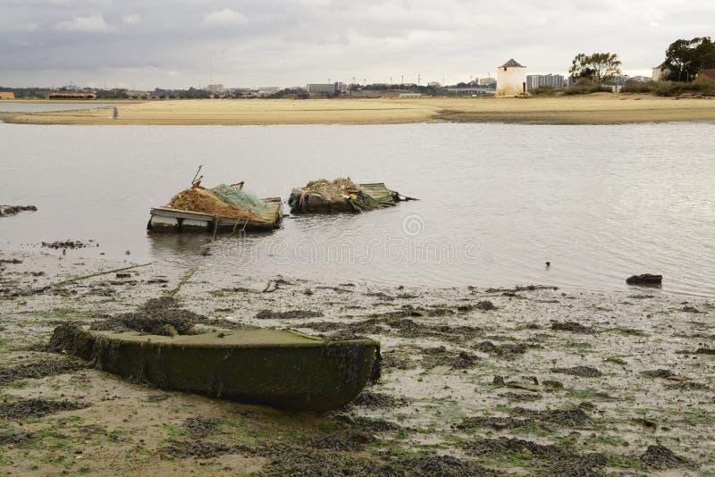 Barco hundido en la marea baja imagenes de archivo