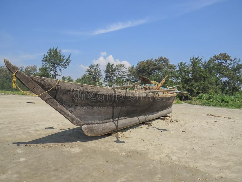 Barco indio del pescador con el equipo que se seca en la costa de mar fotos de archivo libres de regalías