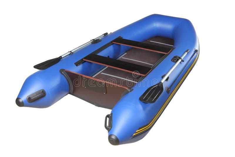 Barco inflável azul com remos, plataforma da madeira compensada e assentos. foto de stock