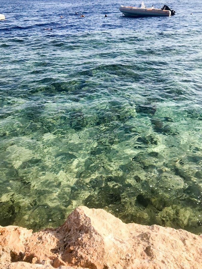 Barco inflável, barco no fundo do berea arenoso de pedra bonito, terra, praia e água azul esverdeado, o mar em um tropical fotografia de stock royalty free
