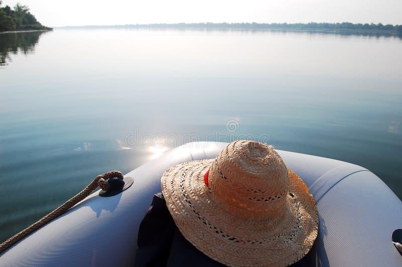 Barco inflável no riwer largo na manhã imagens de stock royalty free