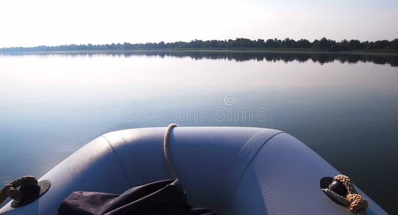 Barco inflável no riwer largo na manhã fotos de stock royalty free